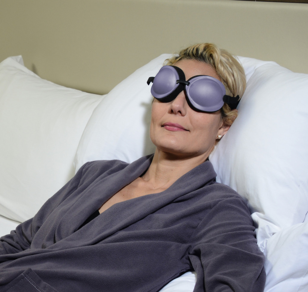 Woman relaxes with tranquileyes® xl.